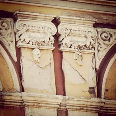 Łuków. Fragment zdobień kamienicy w której mieszkał dr Chąciński. Fotografia wykonana przed remontem kamienicy.