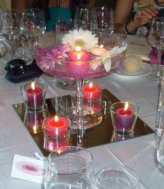 centrotavola con fiori e candele, in vasi di vetro