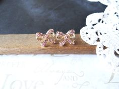 Je me sens jolie petite strass rose pâle arc post boucles d'oreilles (or) sur Etsy, $6.25
