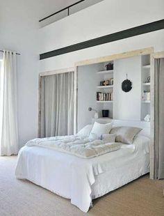 Un dressing fermé par des rideaux pour une chambre parentale cocoon