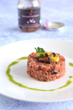 Vegan steak tartare: seriously just real!nl - Vegan steak tartare from tomato and mushrooms – Seriously indistinguishable from real! Traditional Easter Desserts, Vegan Dishes, Desert Recipes, Chocolate Recipes, Food Inspiration, Appetizer Recipes, Baking Recipes, Vegetarian Recipes, Good Food