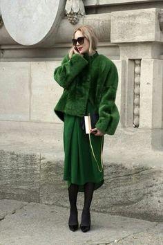 Visibly Interesting: Paris Fashion Week street style / emerald green skirt and fur Street Style Inspiration, Inspiration Mode, Green Fashion, Look Fashion, Autumn Fashion, Net Fashion, Trendy Fashion, Runway Fashion, Fashion Models