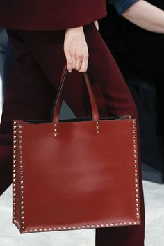 Valentino Fall 2018 Ready-to-Wear Fashion Show Details: See detail photos for Valentino Fall 2018 Ready-to-Wear collection. Look 59 Fall Handbags, Fashion Handbags, Tote Handbags, Purses And Handbags, Fashion Bags, Fall Fashion, Travel Handbags, Clutch Bags, Luxury Handbags