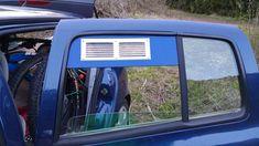 Bien le caler en position haute puis remonter la vitre. La faire passer à l'intérieur, pour l'écoulement de l'eau, logique me direz vous !