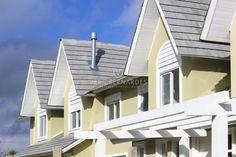 🏘CONDOMÍNIO FECHADO COM INFRA DE CLUBE🏘  Casas em condomínio prontas para morar, 3 dormitórios com suíte, living amplo com lareira, cozinha integrada com churrasqueira, pátio privativo. Venha conhecer a casa decorada!! ESTUDA SEU IMÓVEL! www.verabernardes.com.br  Whats: (51) 99998 2070