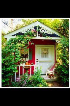 rood tuinhuisje met witte deuren.