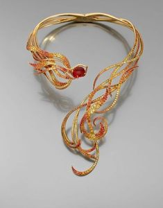 Lorenz Baumer, Amazing necklace Phoenix, yellow gold set with sapphires colors and decorated with a weighing 7.93 cts andesine