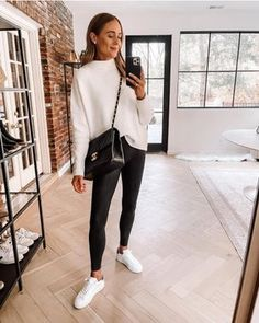 Sneaker Outfits, Legging Outfits, Leggings Outfit Winter, White Sweater Outfit, Tunic Sweater, Gray Sweater, Mode Ab 50, Pullover Mode, Spanx Faux Leather Leggings