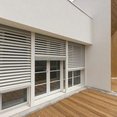 Le vetrate sono riparate da frangisole a lamelle in alluminio orientabili