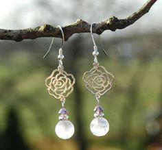 Elegante oorbellen Happy Rose: sterling zilveren #oorbellen met roze kwarts en #Swarovski kristal. Handgemaakte sieraden De Blije Ekster.