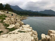 Cantiknya Lobang Sewu di tepi Waduk Wadaslintang, Wonosobo.