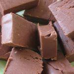 Ingrediente    500 de grame de zahar    150 ml de apa    1 plic de zahar vanilat    150 de grame de margarina    500 de grame de lapte praf    50 de grame de cacao neagra    nuci    stafide    Mod de preperare  Punem intr-o craticioara zaharul, zaharul vanilat si