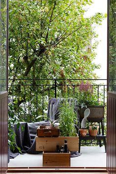 Prachtig balkon! De donkere kleuren die zijn gebruikt, passen heel goed bij het hout. Erg leuke inspiratie voor je balkon met leuke accessoires.