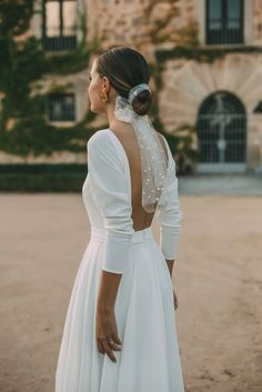 Bridal hairstyle, low bun with polka dotted tulle scarf. sleeve minimalist wedding dress with low back. Wedding Bells, Wedding Bride, Dream Wedding, Wedding Day, Hair Wedding, Wedding Black, Headpiece Wedding, Boho Wedding, Floral Wedding