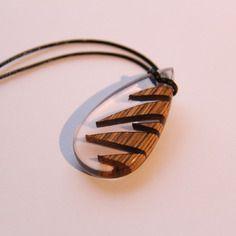 Pendentif / collier en bois et résine transparente