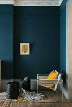 Décoration intérieur peinture : marier les couleurs Depth and elegance of the blue walls, illuminated by a yellow sun cushion (painting Hague Blue, Farrow and Ball). Blue Rooms, Blue Walls, Dark Walls, Blue Room Paint, Color Walls, Teal Paint, Home Interior, Interior Paint, Yellow Interior