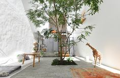of hidden outside alcoves throughout the house / patios, outside areas in nooks of architecture. Japan Architecture, Green Architecture, Landscape Architecture, Exterior Design, Interior And Exterior, Scandinavian Style Home, Minimalist Garden, Japanese Interior, Japanese House