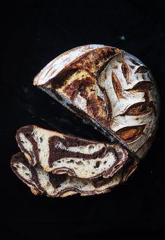 """Sourdough Zebra Bread. Vous cherchez une recette de pain fantaisie ? Découvrez la recette du pain """"Zebra Bread"""", un pain zébré étonnant agrémenté de cacao non sucré"""