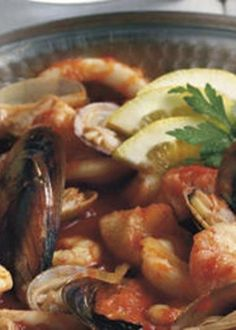Cataplana de Mariscos Portuguese Recipes, Spanish Food, Kung Pao Chicken, Ratatouille, Seafood Recipes, Recipies, Good Food, Food And Drink, Dishes