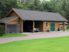 1. Landelijke houten schuur met hondenkennel en dubbele carport en een inpandige sauna 105m3