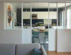 Cuisine fermée : 20 raisons de succomber à ce retour de tendance Paris Living Rooms, Home Living, Home Interior, Kitchen Interior, Interior Design, Kitchen Dinning, Kitchen Decor, Partition Door, Closed Kitchen