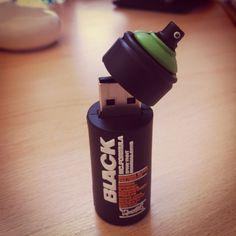 Olha que bacana esse pen drive modelo latinha spray.