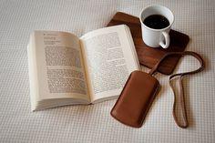 Étui de téléphone portable en cuir pleine fleur pour Iphone 4 et 5 doté d'un porte carte au verso. Dimensions : 14 x 8 x 1,5 cm Coloris proposés : camel et marron chocolat Tarif : 35€