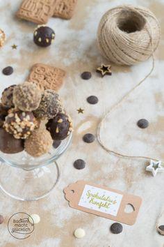 Spekulatius-Pralinen mit Schokolade | Backen macht glücklich Yummy Cookies, Dinner Table, Cookie Cutters, Cookie Recipes, Tasty, Place Card Holders, Chocolate, Baking, Cake