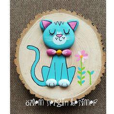 Hayvanları yapmaktan müthiş keyif alıyorum ve çokta beğeniliyor sizler tarafindan. Umarım bu kediyi de beğenirsiniz. Satın almak, sevdiklerinize hediye göndermek isterseniz DM 'den iletişime geçin lütfen. Çap 16 cm. #satilik #tasboyama #paintingrocks #kutuk #agac #kedi #cat #sevimlihayvanlar #elyapimi #handmade #duvarsüsü #balkondekorasyonu #cocukodasidekorasyon #hayvanlarisevelim #kedimaması #hayvanlarikoruyalim #chat #uykucu #homedecor #satılık #turkuaz #miyav Rock Family, Pebble Pictures, Pictures To Paint, Pebble Art, Pebble Painting, Stone Painting, Painting On Wood, Stone Crafts, Rock Crafts