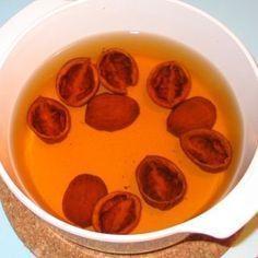 10 omytých skořápek vlašských ořechů dáme do 0,5l vody a pomalu vaříme 30 minut. Pak necháme ještě chvíli odstát, scedíme a popíjíme. Tento čaj Strnadelová doporučuje jako velmi účinný prostředek při kašli, zejména dlouhotrvajícím vlhkém kašli. Lze ho pít několik dní po sobě. Nordic Interior, Health Advice, Life Is Good, Health Fitness, Homemade, Cooking, Healthy, Masky, Ursula