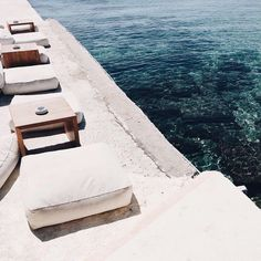 The stunning @aphroditebeachresortmykonos hotel is our latest #luxelocale on our #EUvacay list 📷@ashelizadavis.  #unepiece #luxelocale #lifeisbeautiful #wanderlust #mykonos #greece #greekislands