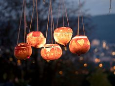 Step by Step Photos for creating turnip lanterns in Switzerland. Swiss National Day, Diy Pins, Sculpture, Halloween Diy, Wind Chimes, Holiday, Christmas, Carving, Ceiling Lights