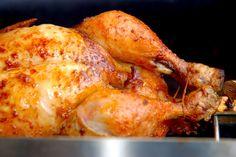 Kyllingen skal pensles et par gange undervejs med den lækre hvidløgs- og paprikamarinade, mens den roterer på grillens rotisserie. Foto: Gufffeliguf.dk.