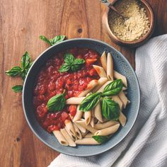 Simple vegan tomato pasta with vegan parmesan cheese. Clean Eating Recipes, Raw Food Recipes, Salad Recipes, Healthy Recipes, Vegetarian Recipes, Easy Healthy Breakfast, Healthy Snacks, Healthy Eating, Healthy Dishes