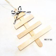 Leuke DIY kerst hangers dennenboom gemaakt van ijs lollystokjes