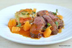 Piept de rață cu portocale și sos caramel rețeta clasică franțuzească explicata savori urbane Turkey Recipes, Carne, Chicken, Food, Honey, Cooking, Essen, Meals, Yemek