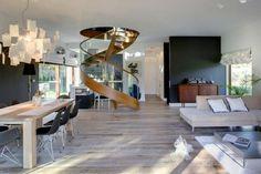un escalier en bois et verre moderne et en colimaçon