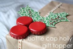 super cute gift wrapping with bottle~cap holly cute idea! Winter Christmas, All Things Christmas, Christmas Holidays, Christmas Decorations, Christmas Beer, Holly Christmas, Simple Christmas, Christmas Ornament, Christmas Ideas