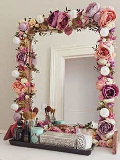 I've been spotting some fantastic DIY vanity mirror recently. Here are 17 ideas of DIY vanity mirror to beautify your room Diy Casa, Ideias Diy, Home And Deco, Beauty Room, Diy Beauty, Diy Room Decor, Home Decor, Bedroom Decor Diy On A Budget, Boho Bedroom Diy