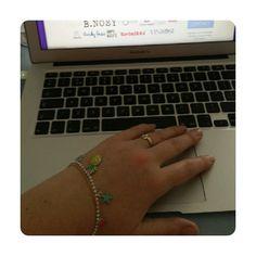Ik werk vandaag extra fijn met t ananas armbandje dat ik van @hyperventilatiecoach kreeg  #ananas #armbandje #vriendinnen #businessbesties #lief