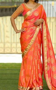 An admirable look completes when you drape this alluring.Orange Colored Beautiful Jacquard Silk Saree for an important ceremony. Made of Jaquard Silk and Banglori Silk, this Saree sets a class a elegance and style making you look Transcendentally gorgeous Silk Saree Blouse Designs, Saree Blouse Patterns, Bridal Blouse Designs, Seda Sari, Sari Bluse, Indische Sarees, Ok Design, Front Design, Orange Saree