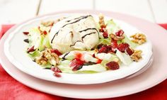 Listový salát s kozím sýrem a brusinkami