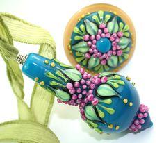 Anhänger - Petrol-bunter Glas-Anhänger mit Seidenband - ein Designerstück von anlukaa bei DaWanda Polymer Clay Beads, Lampwork Beads, Tiny Treasures, Art For Art Sake, How To Make Beads, Bead Art, Beading Patterns, Jewelry Crafts, Designer
