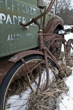 Abandoned rusty bicycle leaning on a truck. Abandoned Buildings, Abandoned Houses, Abandoned Places, Abandoned Vehicles, Vintage Bikes, Vintage Trucks, Rust In Peace, Rusty Cars, Old Bikes