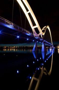 Iluminación del puente Infinity / Speirs and Major Associates (2)