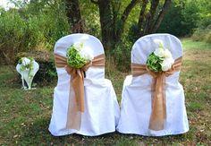 Unsere #Stuhlhussen mit #Schleifenbänder - hier in #Jute - eignen sich auch toll für eine #Trauung im #Freien - #outdoor #wedding #weddingideas #weddinginspiration