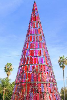 Christmas Light Displays, Unique Christmas Trees, Alternative Christmas Tree, Noel Christmas, Christmas Tree Decorations, Christmas Lights, Xmas Trees, Preschool Christmas, Spain Places To Visit
