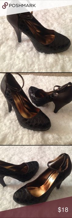 Ann Michelle heel. These are so cute with the adjustable strap around the ankle and thicker heel makes walking and looking good while doing it a breeze! Signs of wear shown in the pictures. No trades . Anne Michelle Shoes