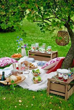 Beautiful picnic spread with wood storage crate tables,vhll hanging lantern in tree, and pillows for seating. Beautiful picnic spread with wood storage crate tables,vhll hanging lantern in tree, and pillows for seating. Picnic Date, Summer Picnic, Fall Picnic, Comida Picnic, Crate Table, Picnic Birthday, Dessert Aux Fruits, Crate Storage, Wood Storage