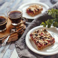 Niesamowita owsianka z owocami - pieczona. Szybkie ciasto owsiane z mrożonym owocami. Ciasto bez mąki, jajek i mleka.